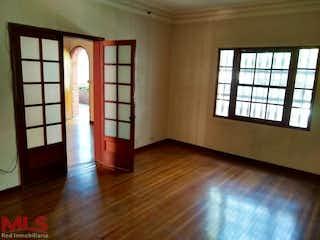 Una sala de estar con suelos de madera dura y una ventana en No aplica