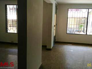 Un pasillo que conduce a una habitación con una ventana en No aplica