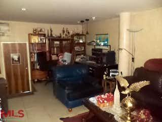 Una sala de estar llena de muebles y una chimenea en Casa en Almería, Medellín