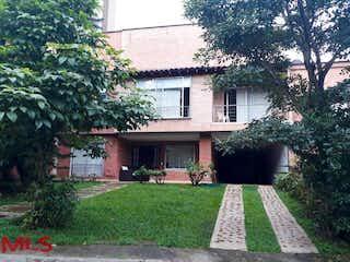 Un edificio de ladrillo con un banco de parque delante de él en Villas De Fidelena