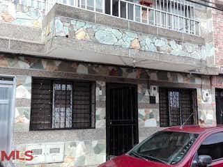 Un coche estacionado delante de un edificio en No aplica