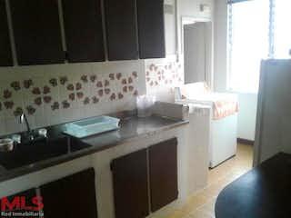 Una cocina con un fregadero y una estufa en Aries