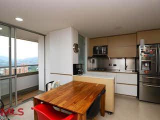 Una cocina con una mesa de madera y sillas en Entre Hojas