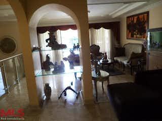 Una sala de estar llena de muebles y una lámpara de araña en Casa en Calasanz, Medellín