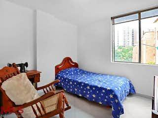 Una cama sentada en un dormitorio junto a una ventana en Ibiza