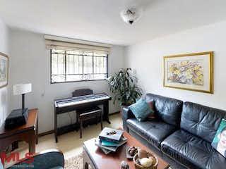 Una sala de estar llena de muebles y una chimenea en Bosques De La Abadia