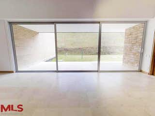 Un cuarto de baño con una puerta de cristal y una ventana en Lemont