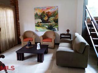 Una sala de estar llena de muebles y una mesa en Jerez de Asturias