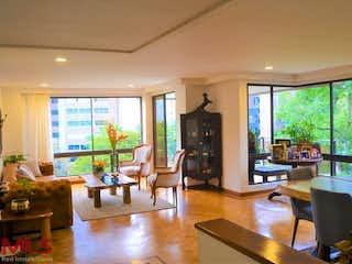 Una sala de estar llena de muebles y una gran ventana en Altos del Parral