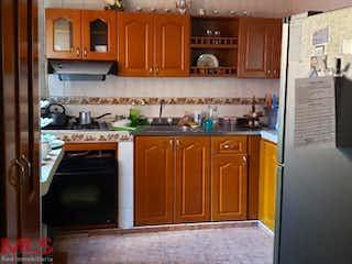 Cocina con armarios de madera y horno de microondas en No aplica