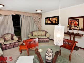 Una sala de estar llena de muebles y una televisión de pantalla plana en Reserva de los Bernal