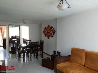 Una sala de estar llena de muebles y una mesa en Prado Real