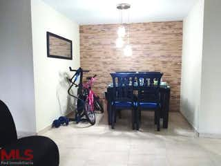 Una sala de estar llena de muebles y una televisión de pantalla plana en Parque Residencial Tulipanes