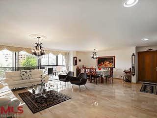 Una sala de estar llena de muebles y una lámpara de araña en Alejandria