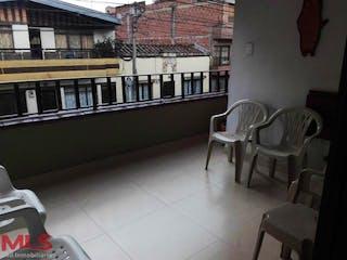 Un banco de madera sentado delante de un edificio en No aplica