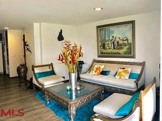Una sala de estar llena de muebles y una lámpara de araña en Torre Ibiza