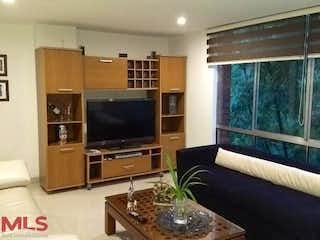 Una sala de estar llena de muebles y una televisión de pantalla plana en San Julian