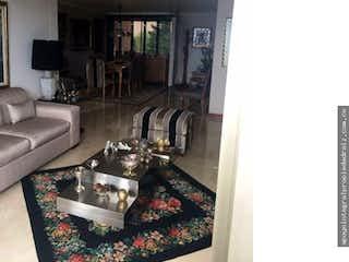 Una sala de estar llena de muebles y una ventana en Venta de Apto Sector Loma El Campestre, Poblado