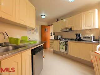 Una cocina con una estufa de fregadero y nevera en Jardines De Catay
