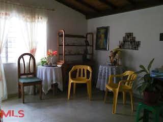 Una sala de estar llena de muebles y una ventana en No aplica