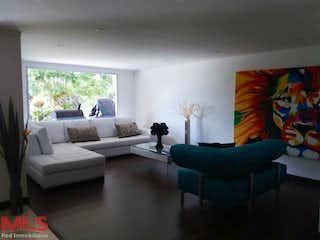 Una sala de estar llena de muebles y una gran ventana en Parcelación Las Palmitas