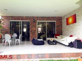 Una sala de estar llena de muebles y una chimenea en Akacia