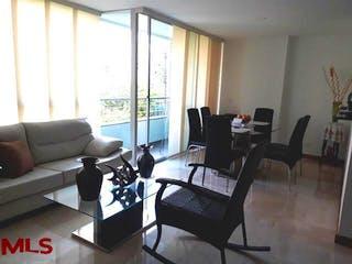 Una sala de estar llena de muebles y una ventana en Napoli