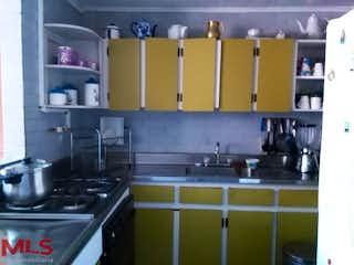 Una cocina con un horno de cocina y un fregadero en La Orquidea (Envigado)