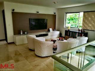 Una gran habitación blanca con una gran ventana en Vallados de Gratamira