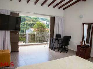 Una sala de estar llena de muebles y una ventana en Rincón de la Doctora