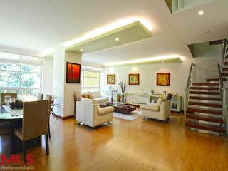 Una sala de estar llena de muebles y una televisión de pantalla plana en Atalanta Houses