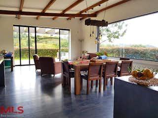 Una sala de estar llena de muebles y una gran ventana en Bosques de Salamanca