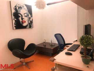 Una sala de estar llena de muebles y una televisión de pantalla plana en Cubik