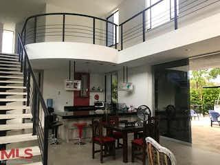 Una habitación con una mesa y sillas en ella en Los Cedros