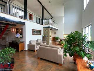 Una sala de estar llena de muebles y una planta en maceta en Roble Alto