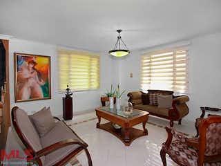 Una sala de estar llena de muebles y una gran ventana en Quintas de la Loma