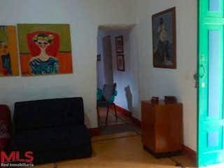 Una sala de estar llena de muebles y una pintura en No aplica