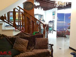 Una sala de estar llena de muebles y un reloj en Casa en venta en La Castellana de 4 hab.