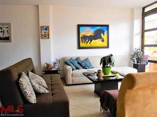 Una sala de estar llena de muebles y una televisión de pantalla plana en Alabama