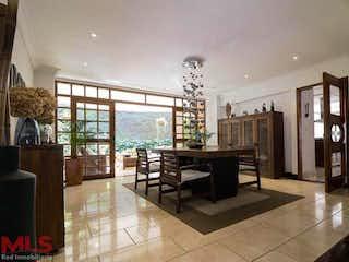 Una sala de estar con una mesa y sillas en Quintas De San Luis