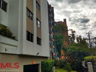 Un gran edificio en el lado de un edificio en Linares