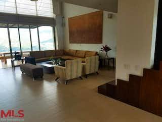 Una sala de estar llena de muebles y una gran ventana en Finca en La Veta-Copacabana, con 5 Habitaciones y Piscina - 475 mt2.