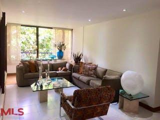 Una sala de estar llena de muebles y una gran ventana en Corcega De Castropol