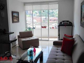 Una sala de estar llena de muebles y una gran ventana en Alcantara