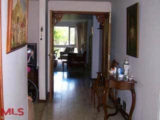 Una sala de estar llena de muebles y un suelo de madera en Torres Del Retiro