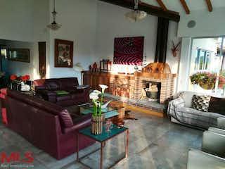 Una sala de estar llena de muebles y una chimenea en Parcelacion las Palmas
