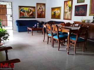 Una sala de estar llena de muebles y una pintura en La Macarena