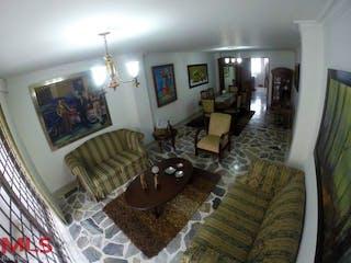 Una sala de estar llena de muebles y una chimenea en Los Lares