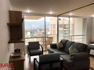 Una sala de estar llena de muebles y una ventana en Moderatto