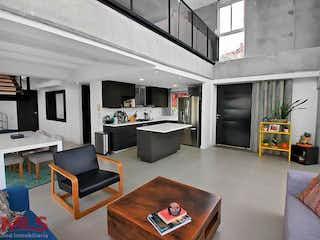 Una sala de estar llena de muebles y una televisión de pantalla plana en Lote 32 (El Tesoro)